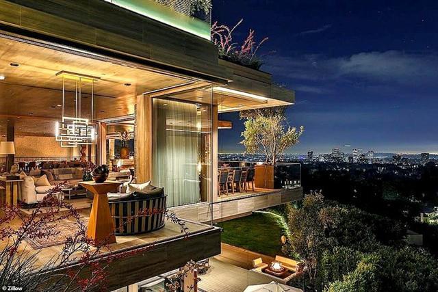 Biệt thự có 3 tầng lầu và được kết hợp cùng nhiều không gian giải trí, thư giãn ngoài trời. Ảnh: Zillow.