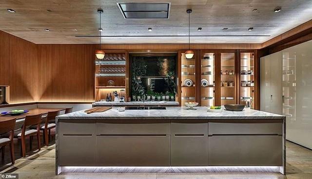 Nguồn tin của Daily Mail cho biết ông Bezos không mua biệt thự này vì dường như nó quá lớn so với ông và bạn gái. Trong ảnh là nhà bếp của biệt thự. Ảnh: Zillow.