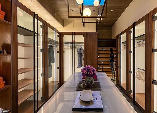 Phòng chứa quần áo rộng lớn trong biệt thự. Ảnh: Zillow.