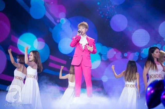 Nam ca sĩ trình diễn ca khúc Yêu được không vừa nhẹ nhàng, vừa sâu lắng.