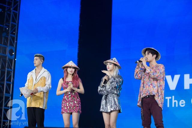 Nhóm nhạc thích thú với món quà nón lá từ khán giả Việt Nam.