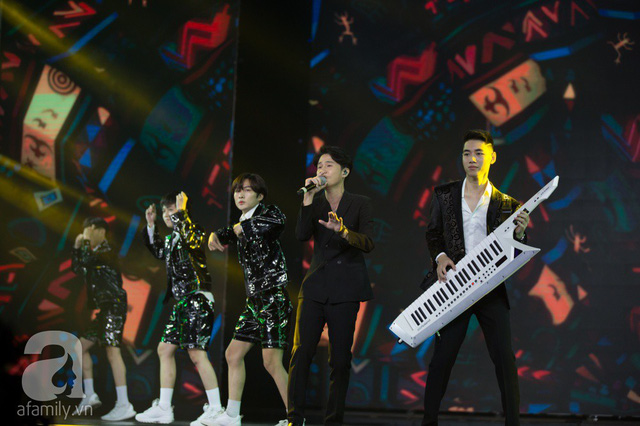 Cặp đôi JACK và K-ICM thể hiện hai ca khúc Hồng nhan, Bạc phận được phối lại rất sôi động.