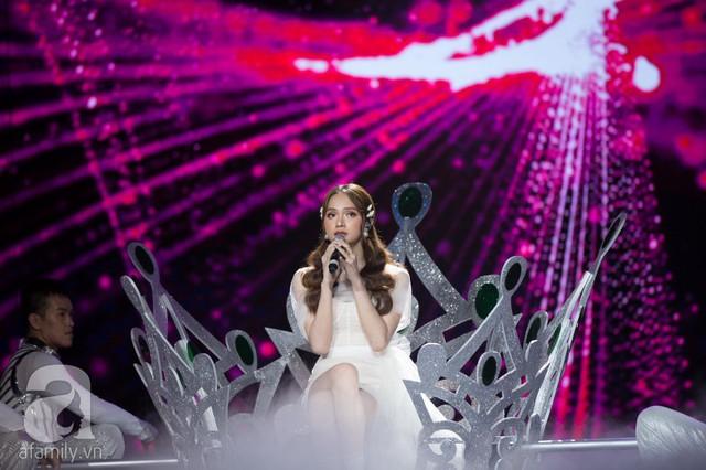 Hương Giang mang chiếc vương miện khổng lồ lên sân khấu.
