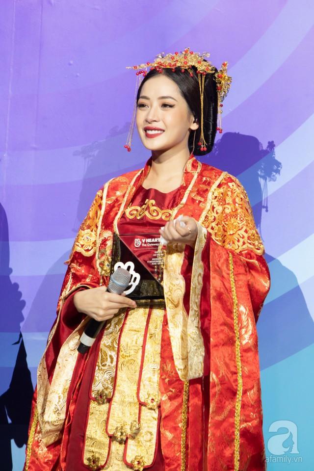 Sau phần trình diễn, Chi Pu được MC xướng tên lên sân khấu để nhận giải thưởng Ca khúc được yêu thích nhất.