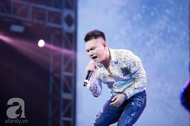 Trước đó khán giả đã được thưởng thức tiết mục mở màn của Khắc Việt với bản hit Yêu lại từ đầu.