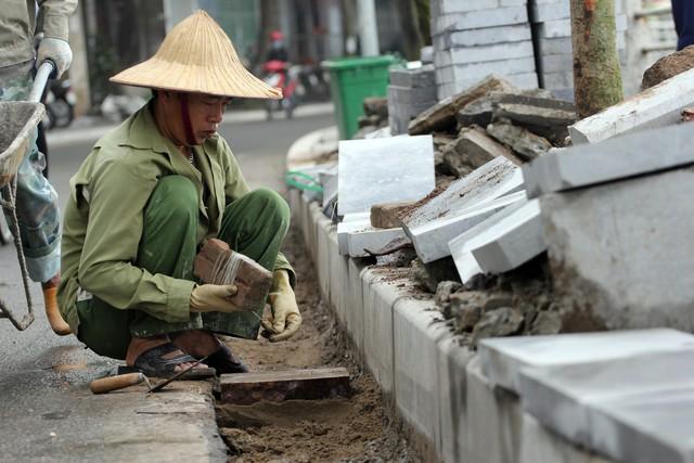 Vào những ngày nắng nóng, những công nhân công trường như anh Thông cùng mọi người đều phải gấp rút hoàn thiện những phần dang dở của công trình...