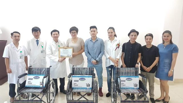 Chị Trang (thứ 4 từ trái qua) vẫn thường xuyên đi làm từ thiện cho bệnh nhân ung thư.