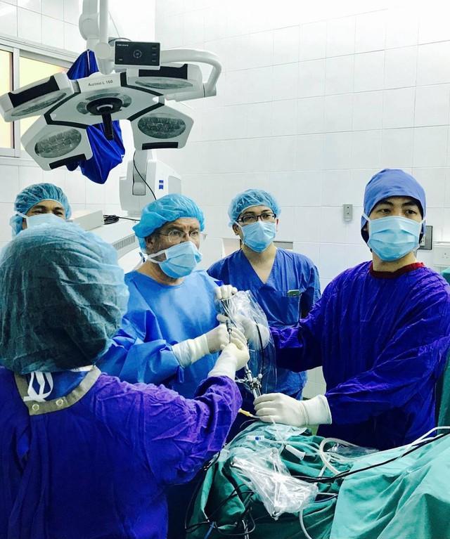 Các bác sĩ tiến hành phẫu thuật động kinh cho chị T