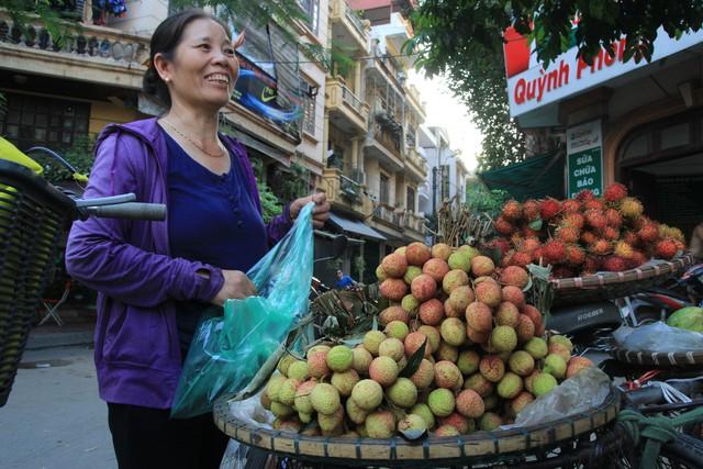 Trong khi đó, vào giờ trưa, bà Vân (ở Quốc Oai, bán vải tại đường Hoàng Ngân) lại dọn hàng để về phòng trọ nghỉ trưa tránh nắng và đến chiều mát, bà lại dong xe vải ra chào hàng.