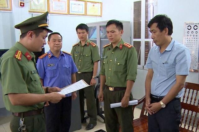 Công an đọc lệnh bắt tạm giam các đối tượng liên quan vụ gian lận điểm thi ở Sơn La. Ảnh: CQĐT
