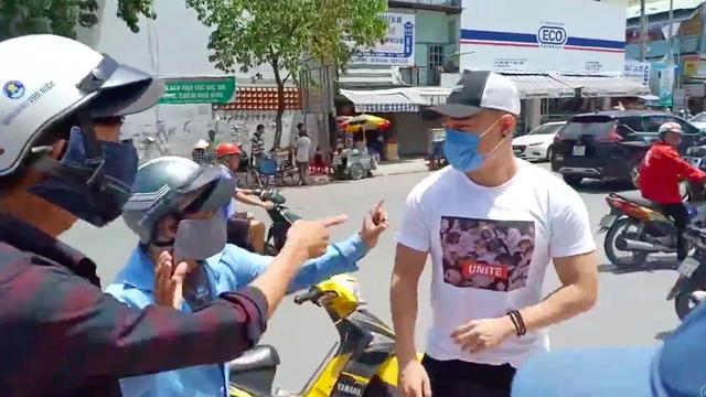 Lê Dương Bảo Lâm đang bị nhóm thanh niên bịt mặt đe doạ (ảnh cắt từ video)