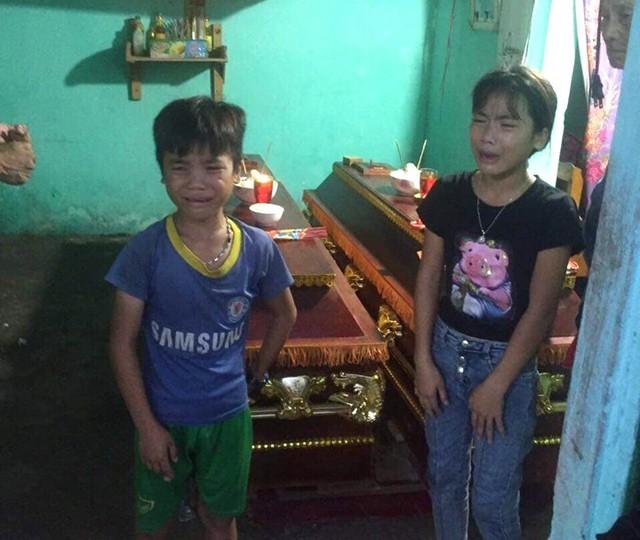 Hai người con của của vợ chồng nạn nhân xấu số khóc nghẹn trong ngày tang lễ bố mẹ
