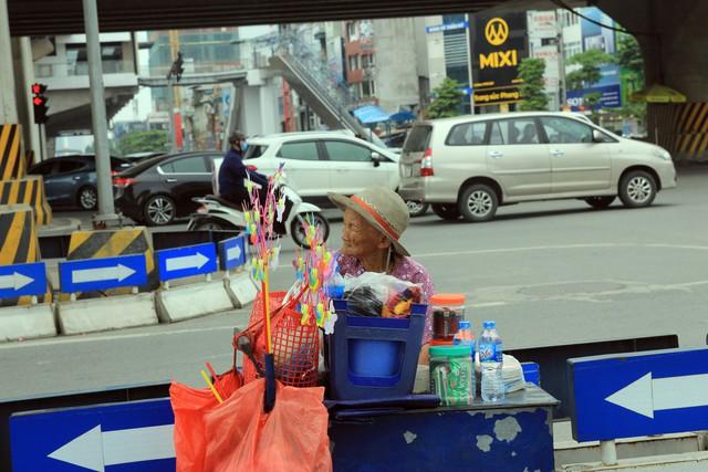 Cụ Cân, 88 tuổi, quê Thái Bình, hàng ngày, bất kể trời mưa, nắng hay mùa Đông, cụ đều ngồi bán hàng rong ở ngã tư Khuất Duy Tiến - Nguyễn Trãi (quận Thanh Xuân).