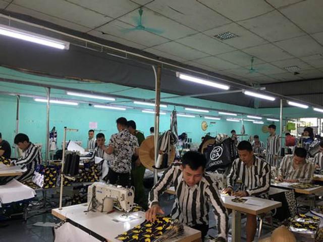 Phạm nhân Phạm Văn Mão đang lao động ở đội may mặc.