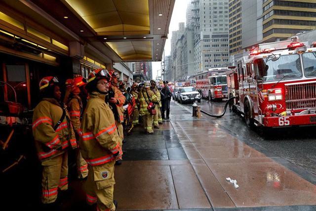 Lực lượng cứu hỏa tới hiện trường vụ việc. Ảnh: AP.