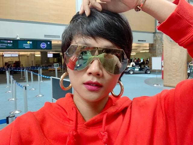 Vừa trở về từ  Cuộc đua kỳ thú 2019 , Hoa hậu HHen Niê ngay lập tức lên đường sang Canada công tác. Cô diện trang phục thể thao năng động cho chuyến bay dài và phải quá cảnh ở Hong Kong.