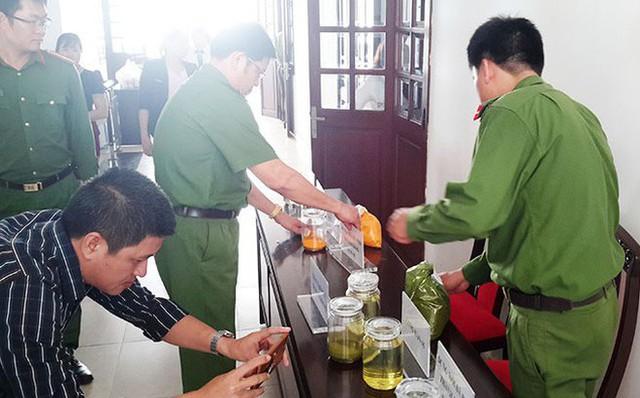 Cơ quan Công an thu giữ dung môi và hóa chất chế tạo xăng giả trong vụ án.