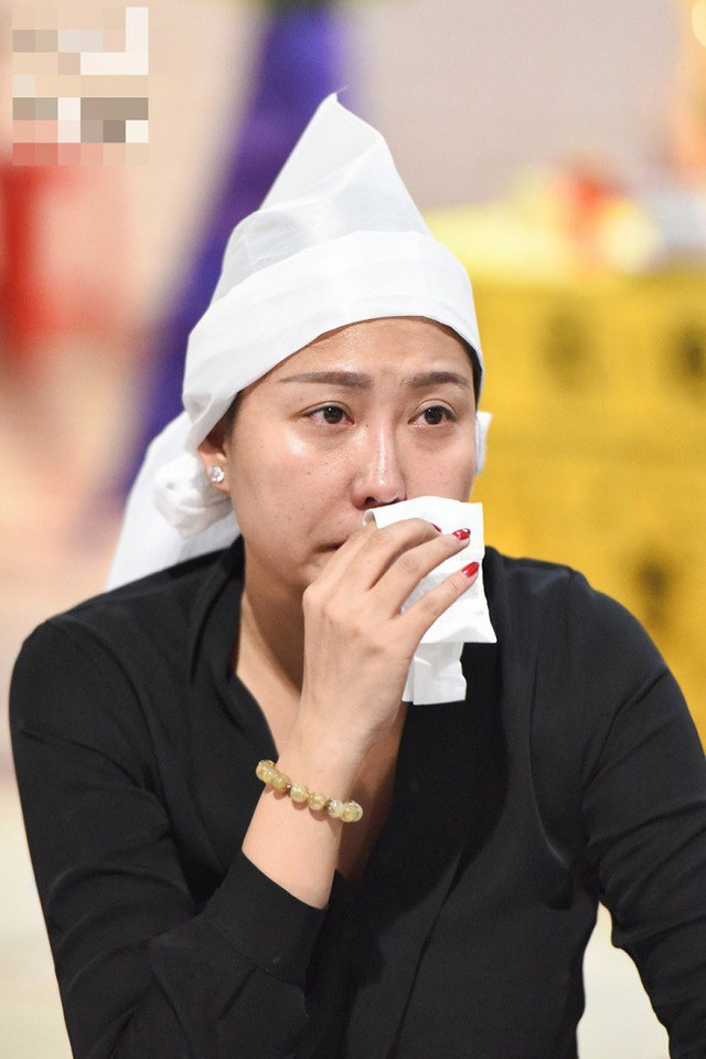 Phi Thanh Vân trong đêm cuối cùng với bố tại nhà tang lễ Bệnh viện Nguyễn Tri Phương.