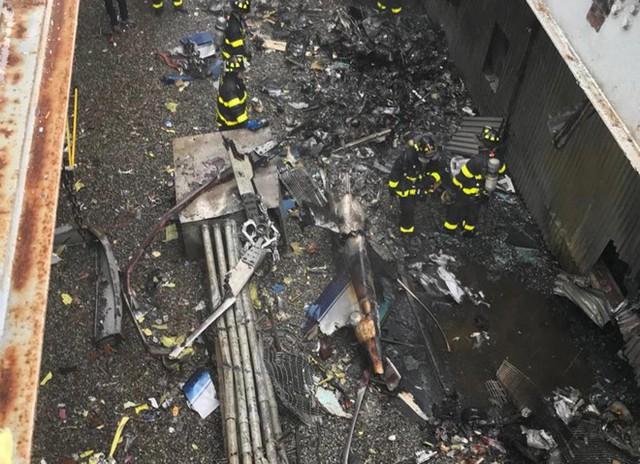 Những gì còn lại của chiếc trực thăng sau vụ tai nạn trên nóc tòa nhà AXA Equitable. Ảnh: Twitter/@FDNY.
