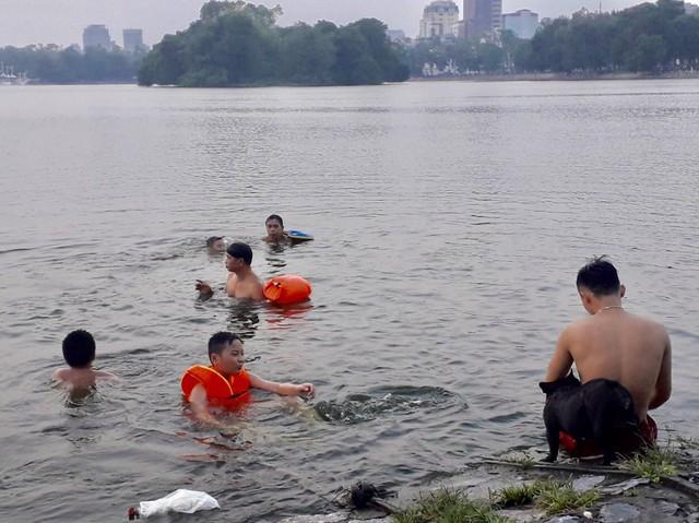 Theo nhiều người dân thường xuyên đi tập thể dục ở công viên, tình trạng nam giới tự ý xuống hồ tắm đã là chuyện thường niên xảy ra vào mùa hè, mặc dù có nhiều biển báo cấm tắm hay bảo vệ nhắc nhở.