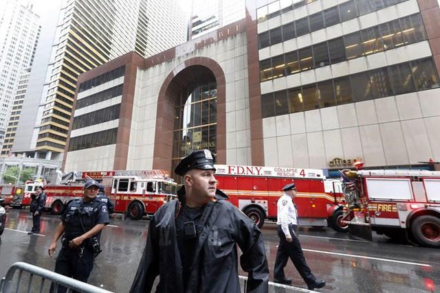 Cảnh sát và lực lượng cứu hỏa ở bên ngoài tòa nhà bị trực thăng đâm phải. Ảnh: AP.