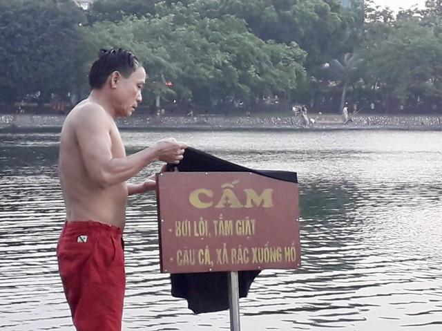 Những nguy hiểm tiềm ẩn của hồ này không phải ai cũng để ý bởi phần vì nước sâu, phần vì bờ kè dốc thẳng nên rất nguy hiểm. Đặc biệt, dụng cụ đi bơi của họ rất thô sơ, cái phao bé, tấm đỡ đầu bằng xốp hay thậm chí chỉ là cái can nhựa.
