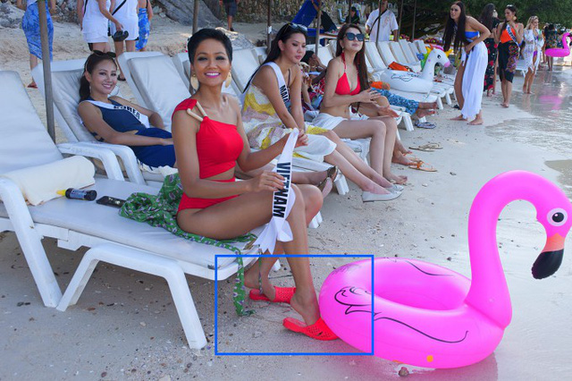 Đây không phải là lần đầu tiên HHen sử dụng dép tổ ong. Ở cuộc thi Miss Universe 2018, người đẹp thu hút ống kính phóng viên khi diện đôi dép nhựa ton-sur-ton trong một hoạt động ở bãi biển.