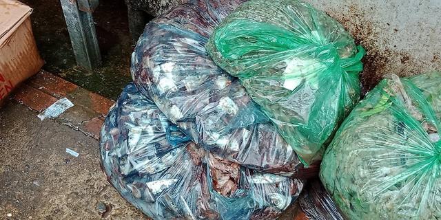 Ở một điểm bán cá khác trên chợ cóc ở Khâm Thiên, mặc dù người bán hàng đã có ý thức gom rác thải vào những túi ni long riêng. Tuy nhiên, những túi nilon chứa đầy rác vẫn được xếp ngay cạnh nơi bán hàng để chờ những người vệ sinh môi trường.