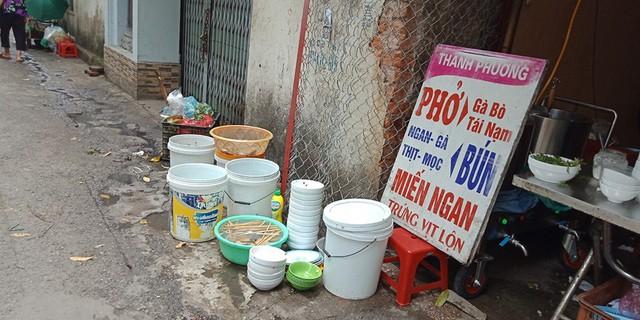"""Nhiều quán ăn cũng mặc nhiên lấn chiếm vỉa hè, """"mọc"""" lên theo chợ cóc. Ảnh chụp trên chợ cóc Nguyễn Phúc Lai."""
