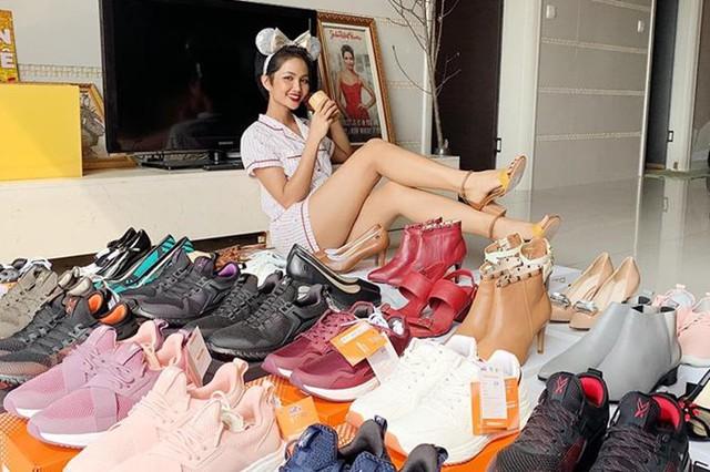 Bộ sưu tập giày thể thao bình dân từng được HHen chia sẻ trên trang cá nhân.