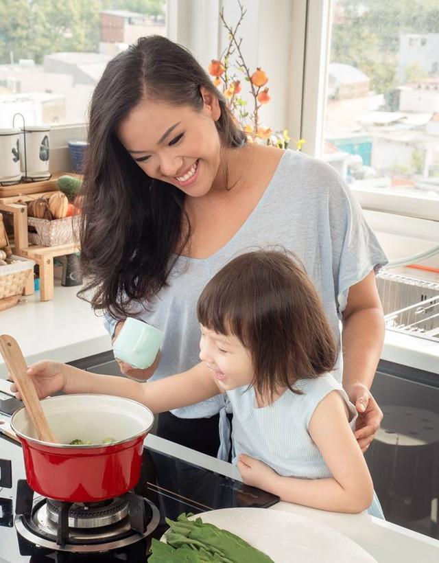 Phương Vy cùng con gái nấu ăn.