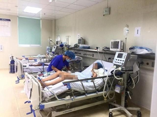 Điều trị cho bệnh nhân viêm não Nhật Bản tại Bệnh viện Nhi Trung ương. Ảnh: TL