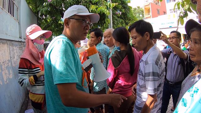 Trung bình mỗi ngày tại khu vực này có khoảng gần 30 cá nhân, tổ chức đến phát cơm từ thiện cho các bệnh nhân nghèo tại bệnh viện