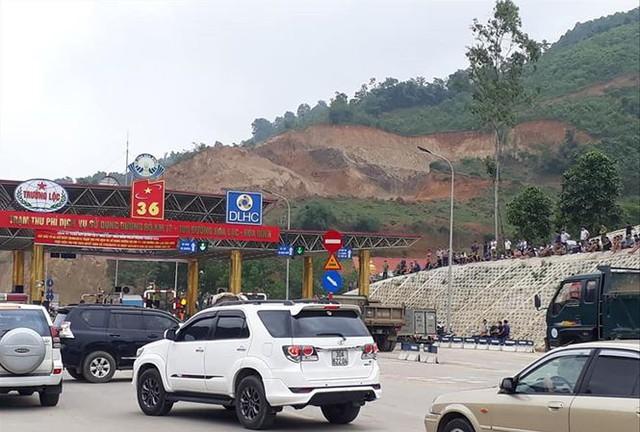 Trạm BOT Hòa Lạc - Hòa Bình tiếp tục bị tắc nghẽn do bị dân vây.