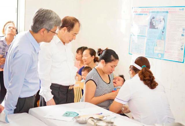 Tiêm vaccine 5 trong 1 mới (DPT-VGB-Hib do Viện Huyết thanh Ấn Độ (SII) sản xuất) cho trẻ ở Hà Nam. Ảnh: TL