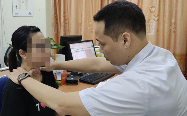 BS khám lại cho bệnh nhân L. Ảnh: BVCC