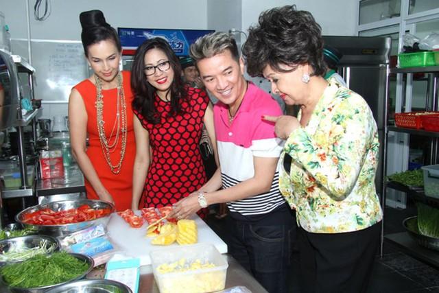 Anh không hề thua kém các mỹ nhân Việt trong việc nấu nướng, mà tỏ ra vô cùng khéo léo, đảm đang