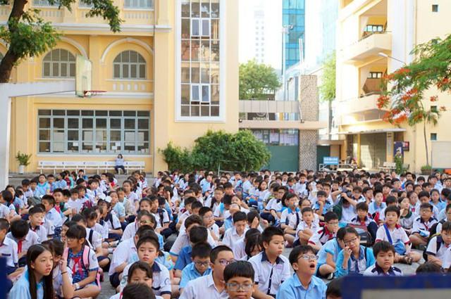 Hơn 900 thí sinh dự khai mạc tại điểm thi THPT chuyên Trần Đại Nghĩa sáng nay. Ảnh: Mạnh Tùng.