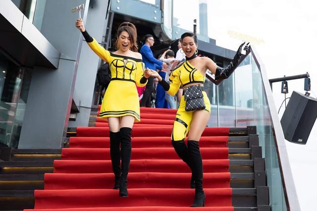 Xuất hiện tại sự kiện của Cuộc đua kỳ thú 2019 mới đây, Lệ Hằng - HHen Niê trở thành tâm điểm truyền thông khi diện trang phục nổi bật. Cặp đôi lên đồ ton-sur-ton với sắc vàng rực rỡ nhưng đáng chú ý nhất vẫn là chiếc quần ống thấp ống cao của Hoa hậu tóc tém.