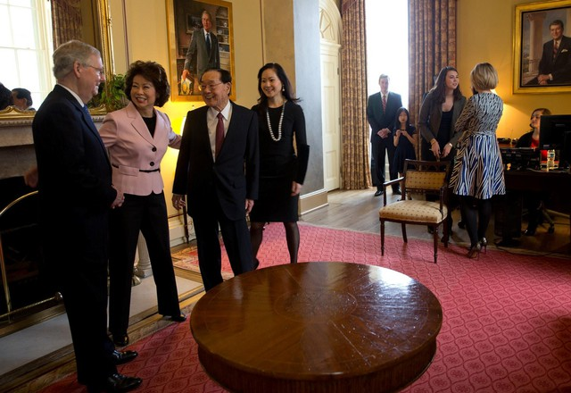 Bà Chao cùng chồng, ông Mitch McConnell, lãnh đạo đa số tại Thượng viện, ông James, cha bà, người sáng lập của Foremost và chị gái Angela, giám đốc điều hành tập đoàn. Ảnh: New York Times.