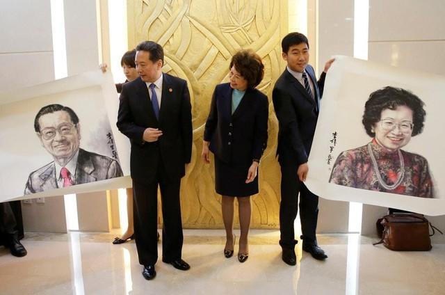 Trong chuyến công tác tới Bắc Kinh năm ngoái, bà Chao đã nhận được chân dung của cha mẹ mình từ Bộ trưởng Giao thông Trung Quốc Lý Tiểu Bằng (giữa). Ảnh: Pool.