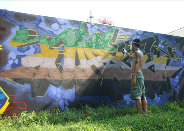 Ngay cạnh phần tường Angel đang vẽ là phần vẽ của N.V.K.