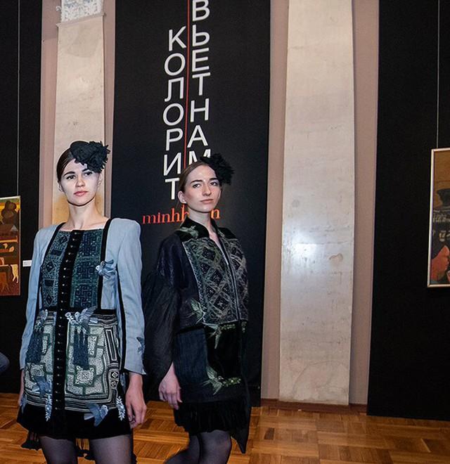 Những người mẫu Nga mặc trang phục thổ cẩm của Việt Nam
