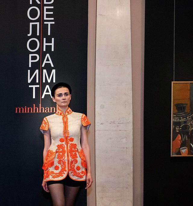 Thông qua những thiết kế độc đáo từ lụa cũng như thổ cẩm, NTK Minh Hạnh đã cho công chúng Nga thấy sự đa dạng về văn hóa vùng miền tại Việt Nam