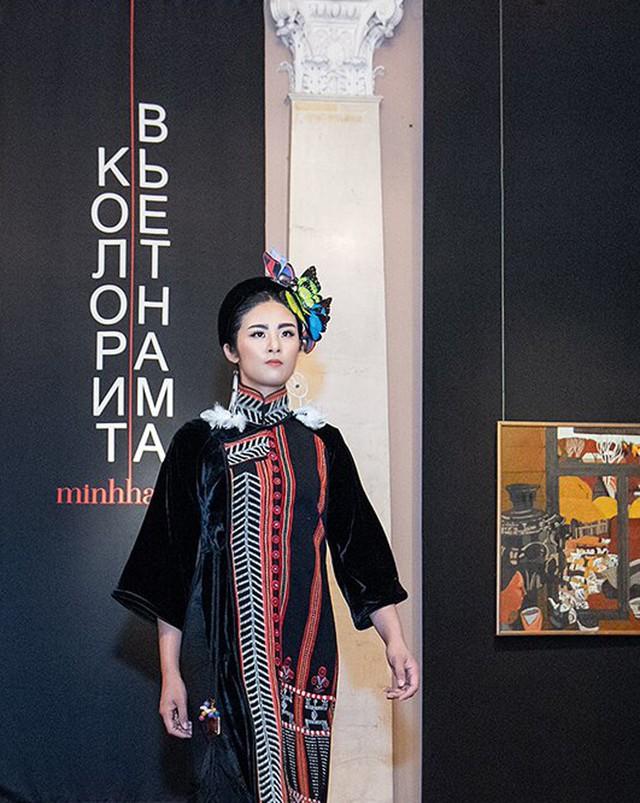 Hoa hậu Ngọc Hân trong bộ trang phục thổ cẩm được may tinh xảo trong buổi trình diễn