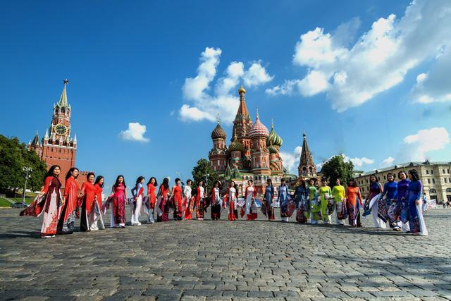 Hình ảnh đẹp về những bộ trang phục áo dài Việt Nam rạng rỡ tung bay tại nước Nga