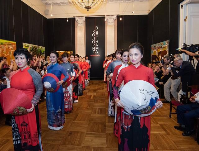 Các bộ trang phục áo dài của Việt Nam thu hút sự quan tâm của công chúng Nga cũng như phóng viên các báo đài