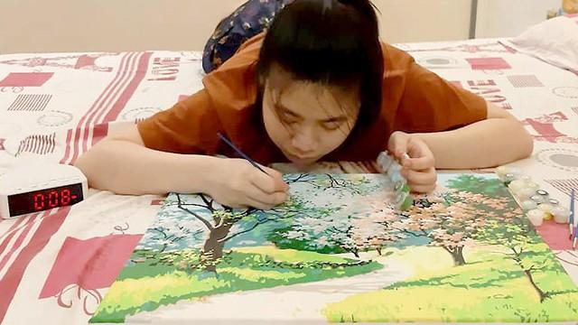 Vân Anh làm tốt các công việc thiên về tỉ mẩn. Cô thiếu nữ mất vài tháng tô bức tranh số hóa phức tạp (tranh tô màu theo số). Ảnh: Hồng Vân.
