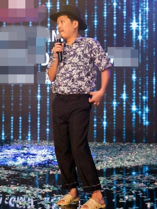 Trường Giang là cái tên quen thuộc trong làng giải trí Việt với nhiều vai trò khác nhau như diễn viên hài, MC và làm giám khảo cho một chương trình. Khi nghĩ đến Trường Giang khán giả không thể quên hình ảnh nhân vật Mười Khó. Đó là vai diễn thành công giúp anh đến gần hơn với khán giả với tạo hình hài hước một ông già quê mùa mang dép tổ ong.