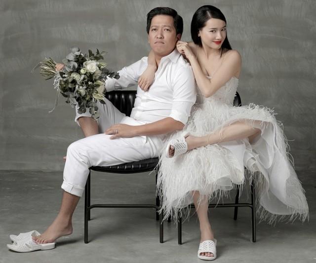 Dép tổ ong còn được xuất hiện trong bộ ảnh cưới đẹp lung linh của hai vợ chồng Trường Giang - Nhã Phương . Cả hai cùng tạo dáng đầy dễ thương và không kém phần tinh nghịch với dép tổ ong.